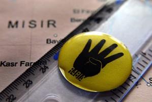 Mısır'da üzerinde Rabia işareti olan cetvel taşıyan bir lise öğrencisi 15 gün gözaltına alındı. (Anadolu Ajansı - Anadolu Ajansı)